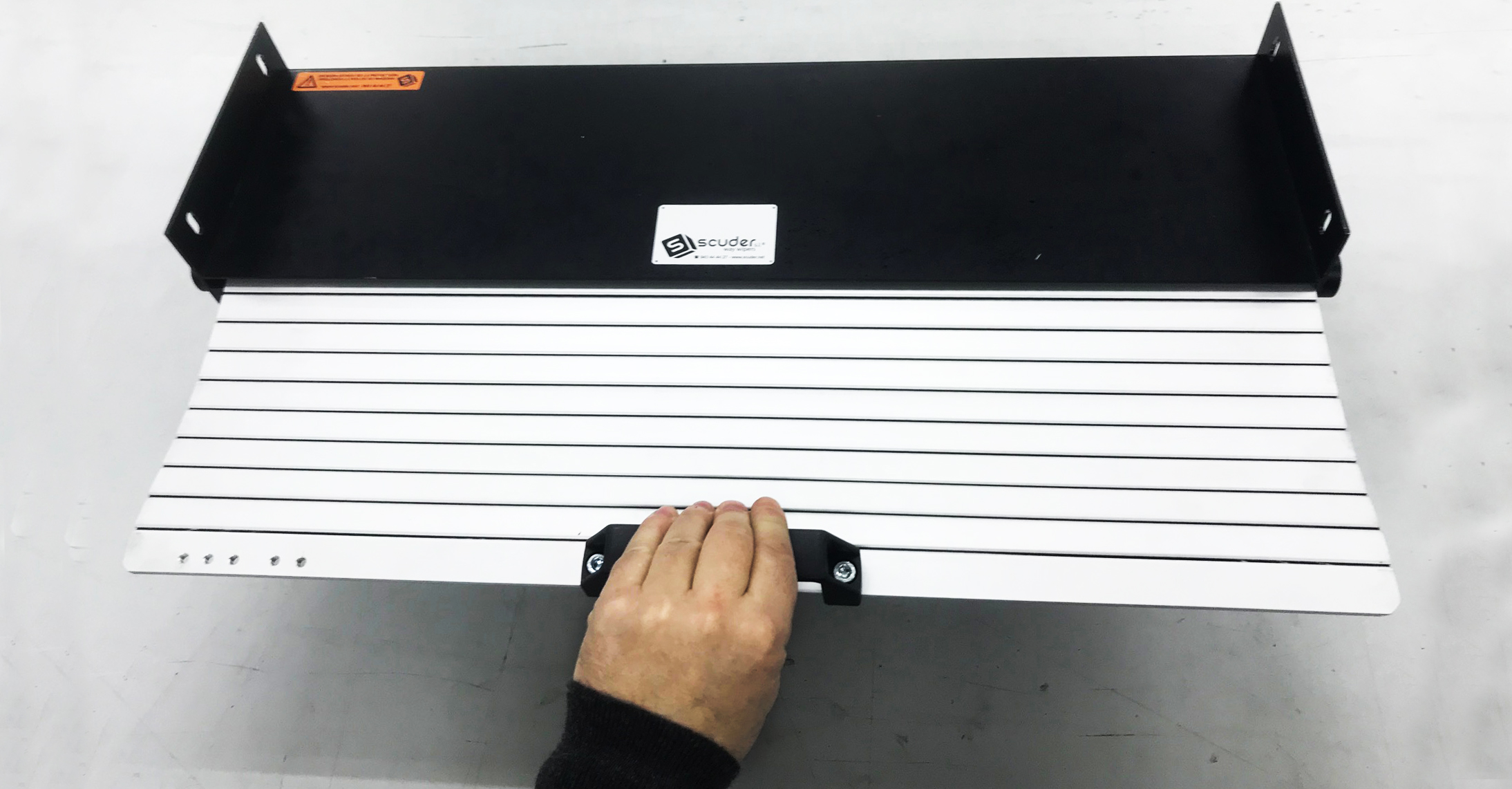 Blind with manually-opened reel box